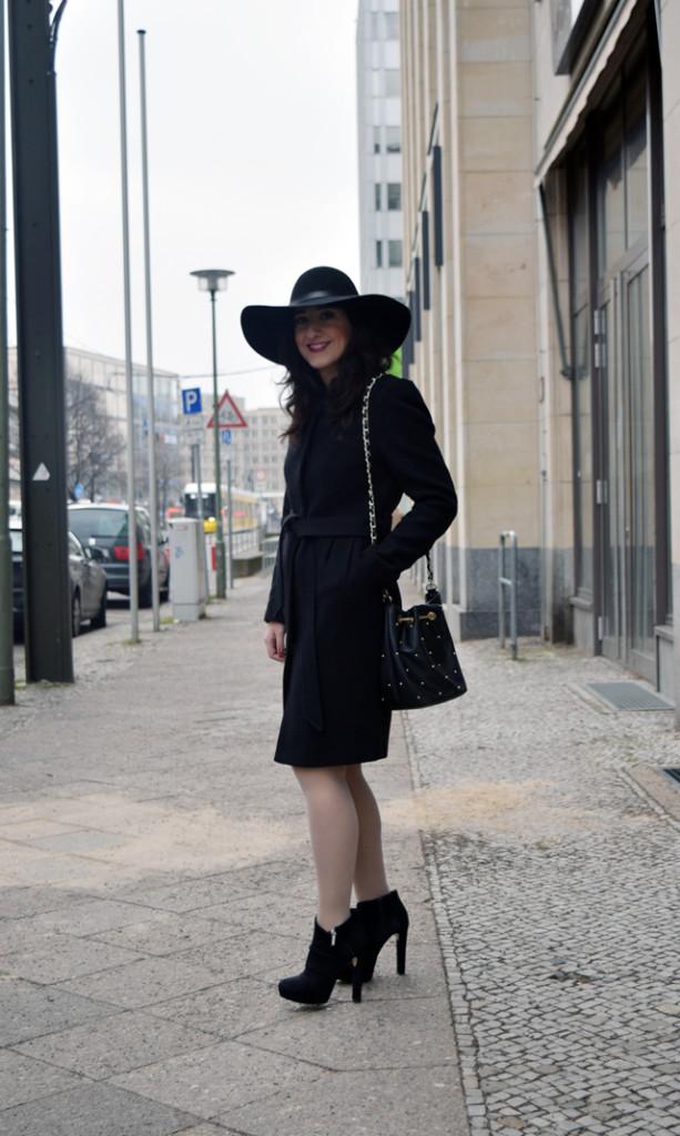 outfit post schick in casual im schwarzen mantel