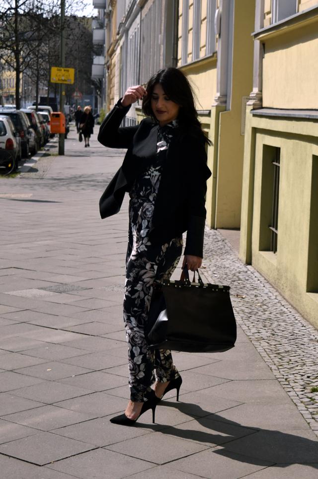 eleganter overall mit blumenmuster-handtasche