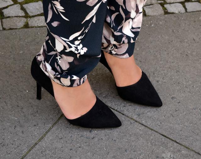eleganter overall mit blumenmuster - pumps