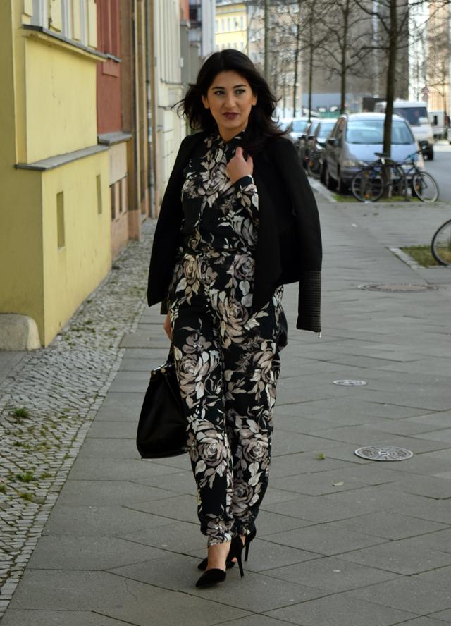 eleganter overall mit blumenmuster und handtasche