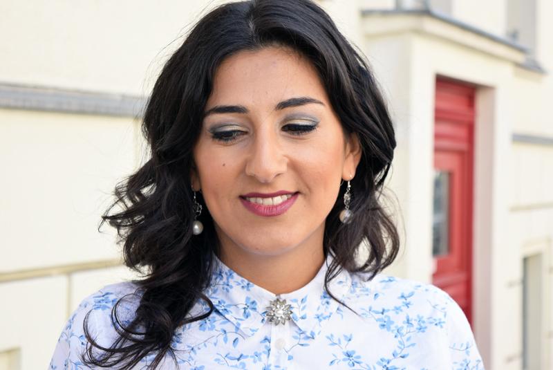 outfit post hemd mit blumenmuster portrait