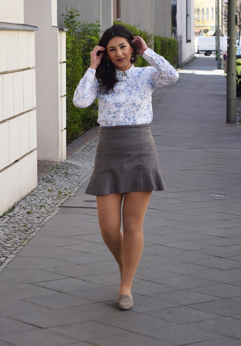 outfit post hemd mit blumenmuster und loafers
