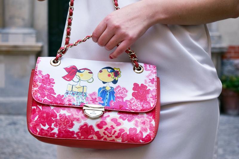 Sommer Outfit mit roten Blumen Hndtasche von Love Moschino