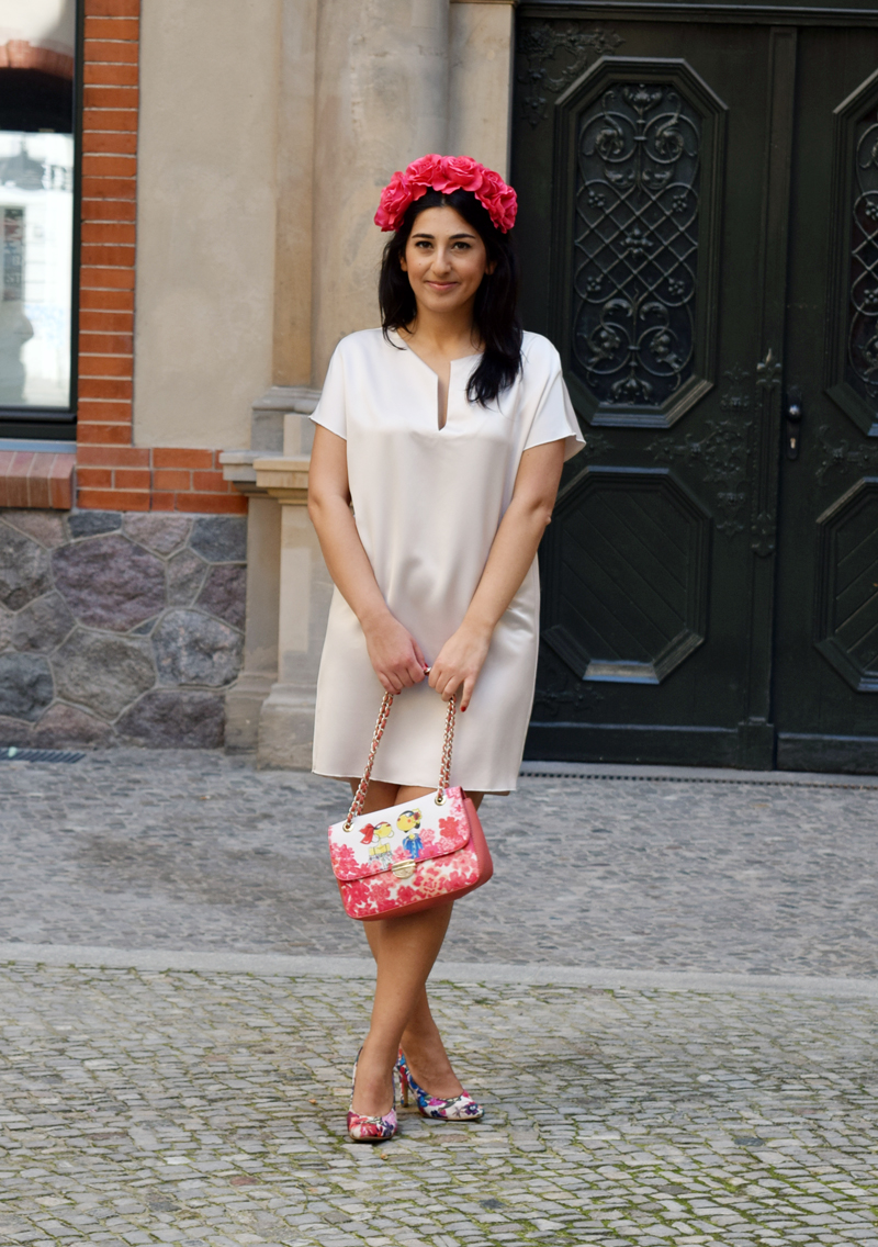 Sommer Outfit mit roten Blumen Mode Blog Thingsarefantastic