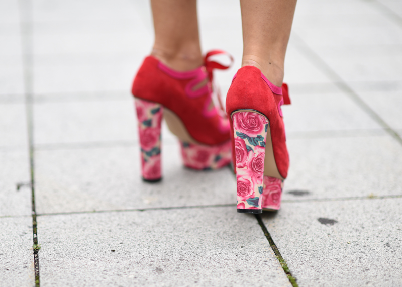 High heels zum bandagenkleid