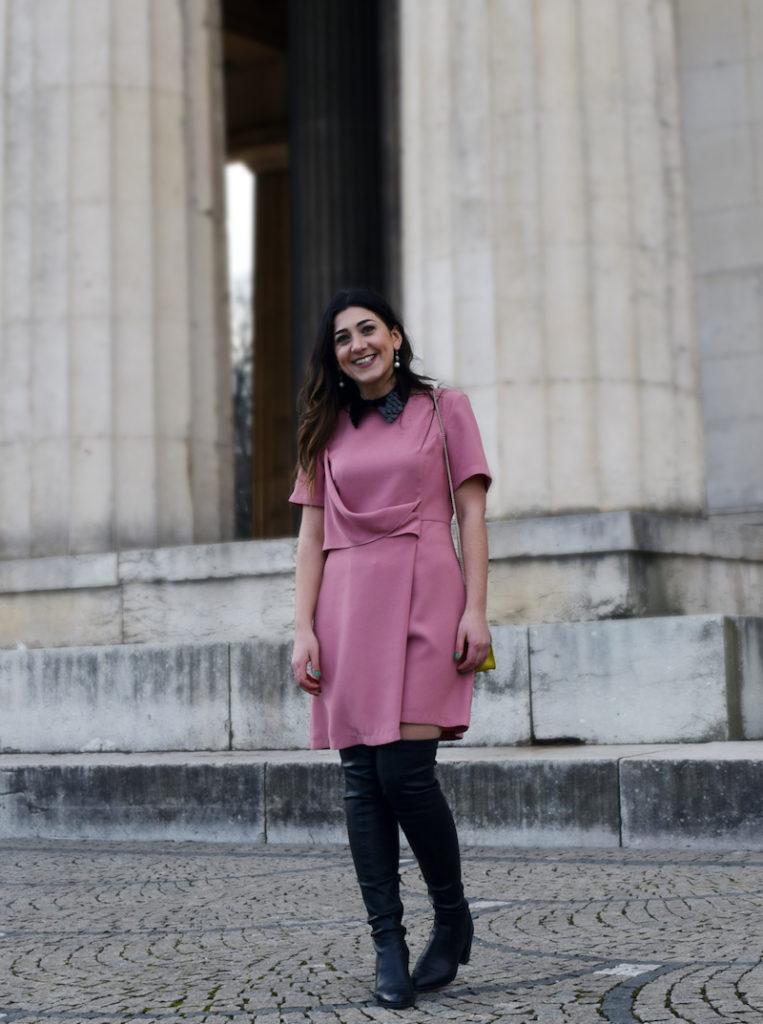Welche Accessoires und Schuhe zu rosa Kleid