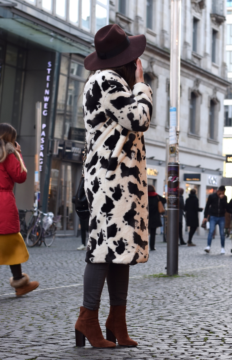 blogger look fake fur mantel animal print