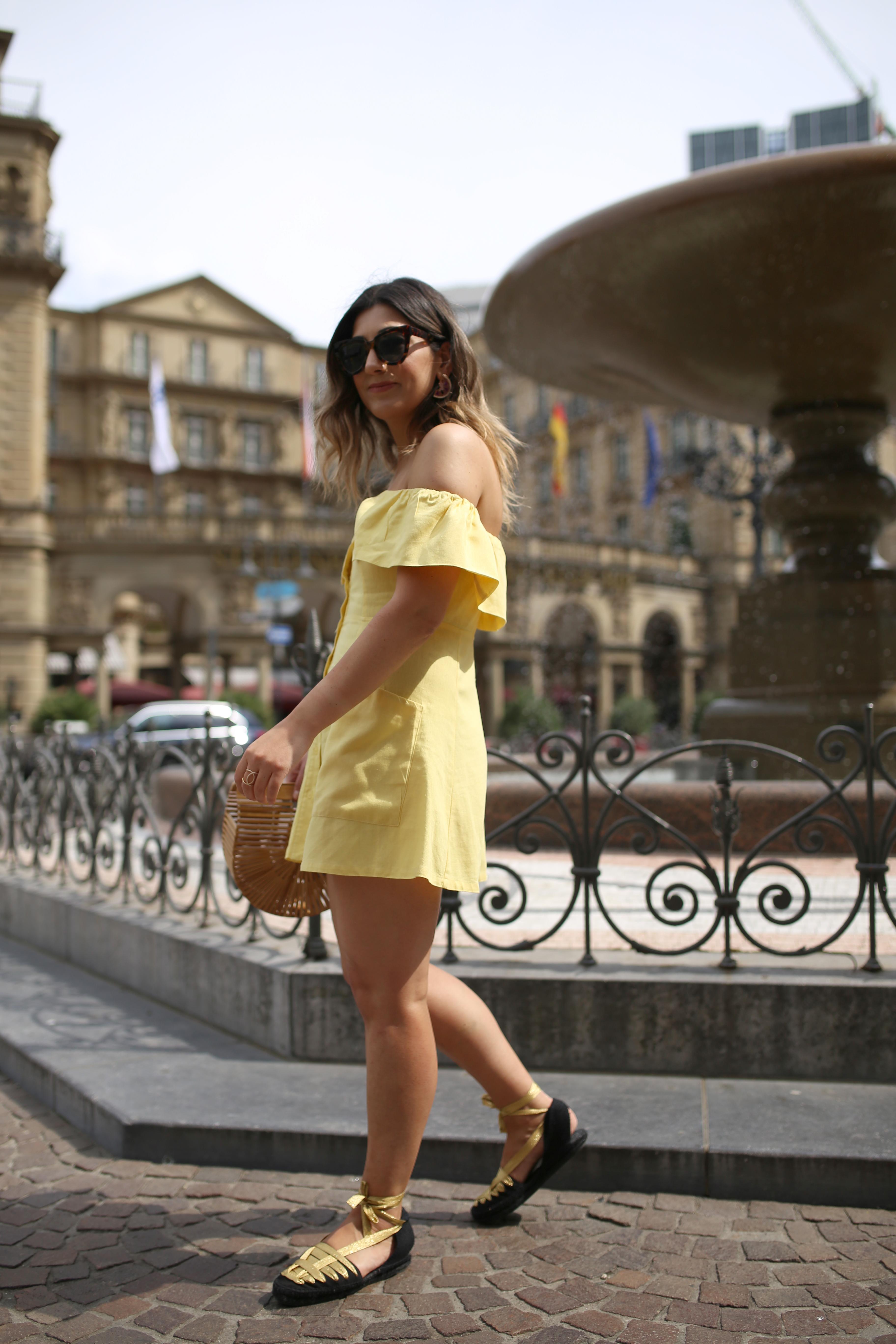 schulterfreies Kleid look für den Sommer